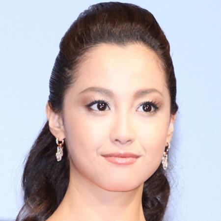 """沢尻エリカ、12年ぶり「水着解禁」で見せつけた""""あの女優""""との気っ風の差"""